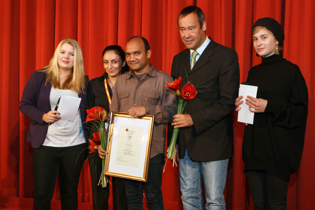 Shaheen Dill-Riaz receives the GROSSE KLAPPE film award at the doxs! film festival in Duisburg, November 2012